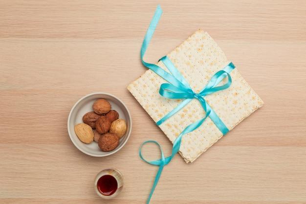 Matzoth pour la pâque juive, fond en bois se bouchent
