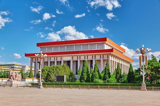 Mausolée de mao zedong sur la place tiananmen - la troisième plus grande place du monde, pékin. chine.traduction:«mémorial du président mao»