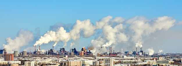Mauvais environnement dans la ville. catastrophe environnementale. émissions nocives dans l'environnement. fumée et smog. pollution de l'atmosphère par l'usine d'usine. les gaz d'échappement