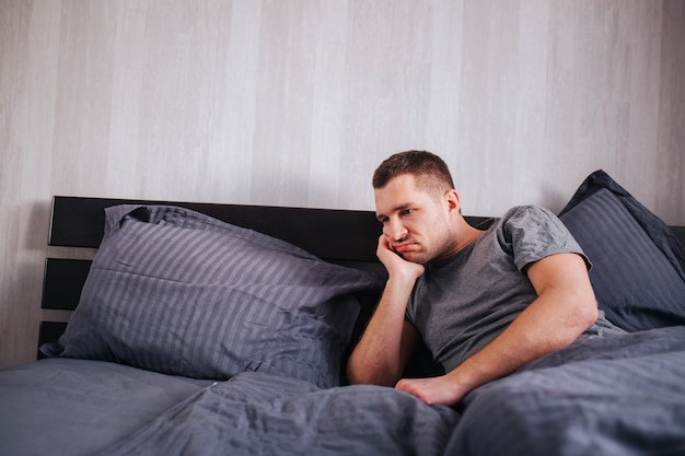 Mauvaise humeur le matin. problèmes de santé des hommes et impuissance et prostatite