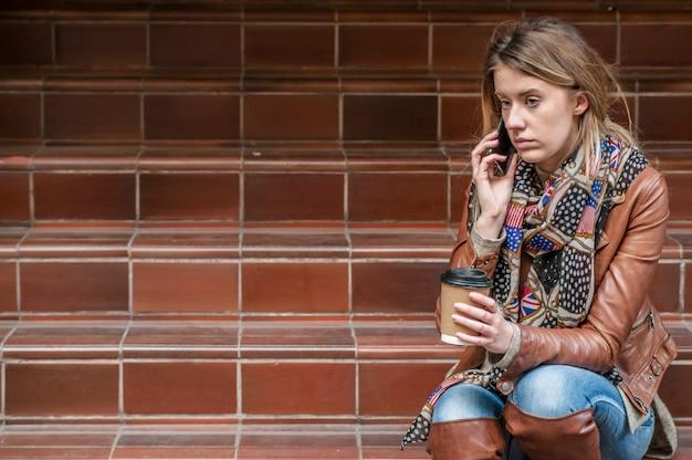 Mauvaise nouvelle. une jeune femme débarrassée avec un téléphone portable lit le message.