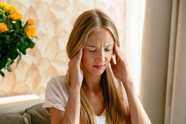 Maux de tête de la femme, la douleur de la tête et le concept de stress ou de dépression.