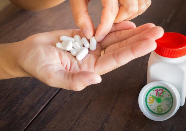 Maux de tête de médicaments pilules blanches sur place