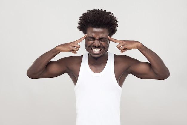 Maux de tête, migraine. l'homme afro a un regard malade. prise de vue en studio