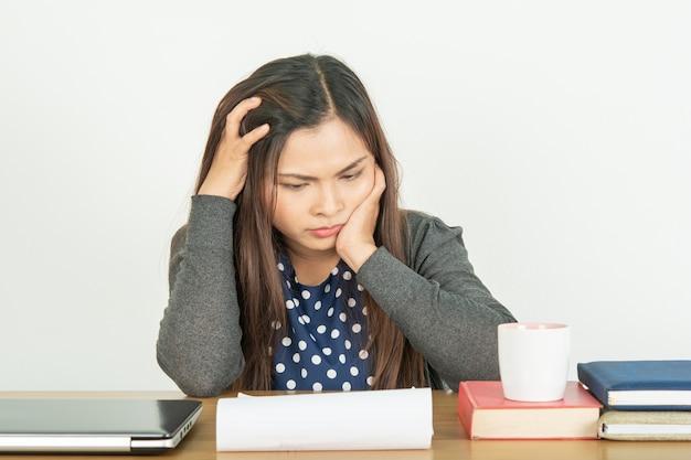 Maux de tête et stress, travail et problèmes.