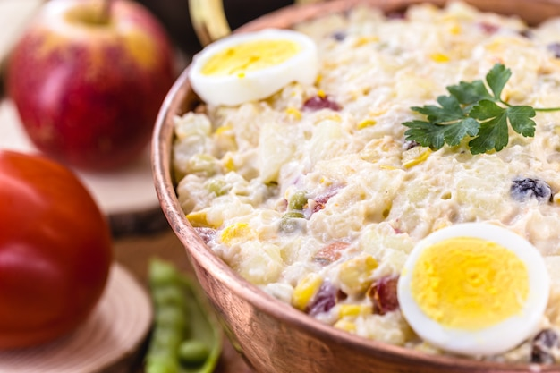 Mayonnaise brésilienne, mayonnaise aux légumes hachés, légumes et fruits aux alentours