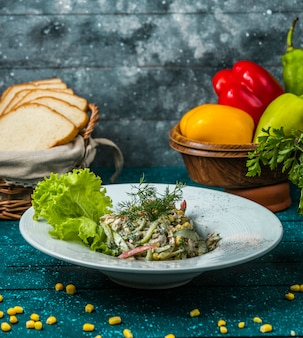 Mayonnaise de salade de poivrons colorée garnie d'aneth