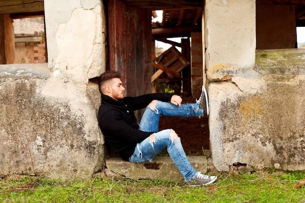 Mec attrayant dans une vieille maison