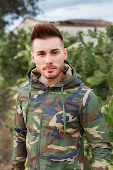 Mec attrayant avec veste militaire