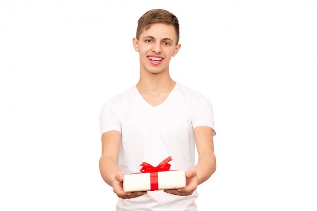 Le mec au t-shirt blanc fait un cadeau