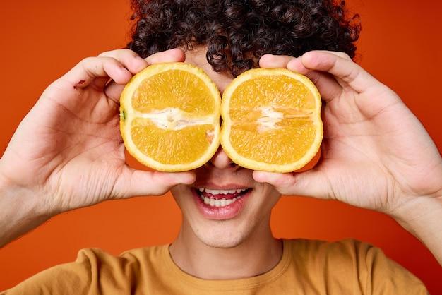 Mec aux cheveux bouclés oranges près des émotions du visage