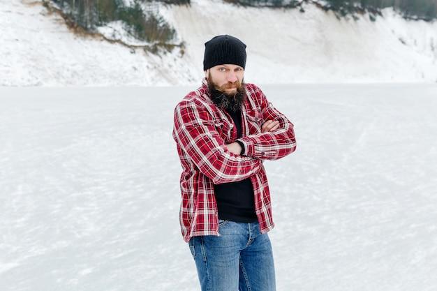 Mec barbu en hiver sur le lac