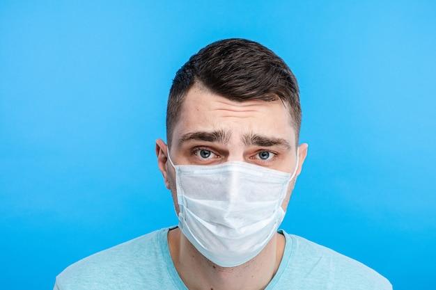 Mec bouleversé dans un masque médical