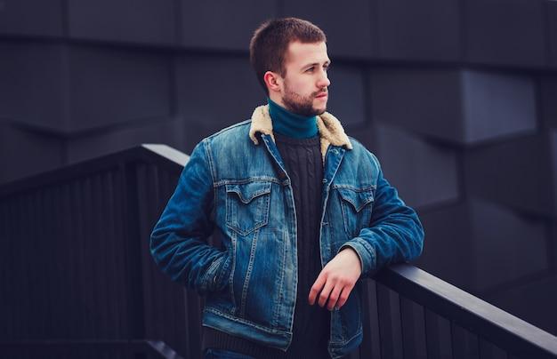 Un mec branché avec une veste en jean bleu