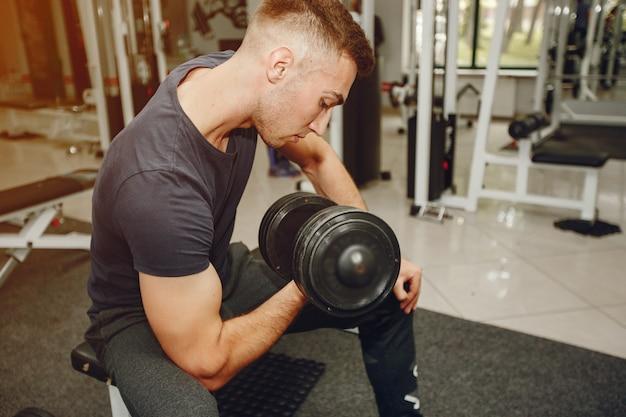 Mec dans une gym