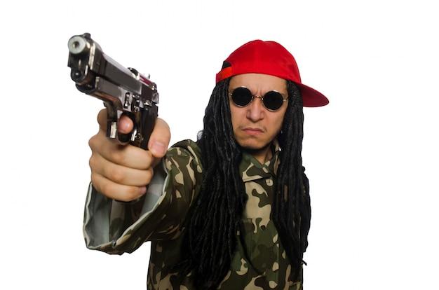 Mec drôle avec arme à feu isolé sur blanc