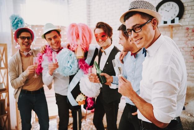 Le mec est gay avec des lunettes et un chapeau flirte