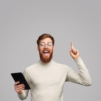 Mec excité avec tablette ayant une idée