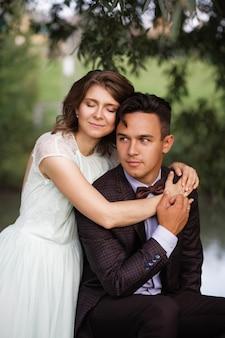 Un mec et une fille marchent dans la nature