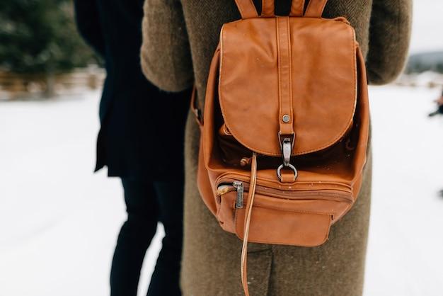 Un mec et une fille avec un sac à dos, une photo de dos