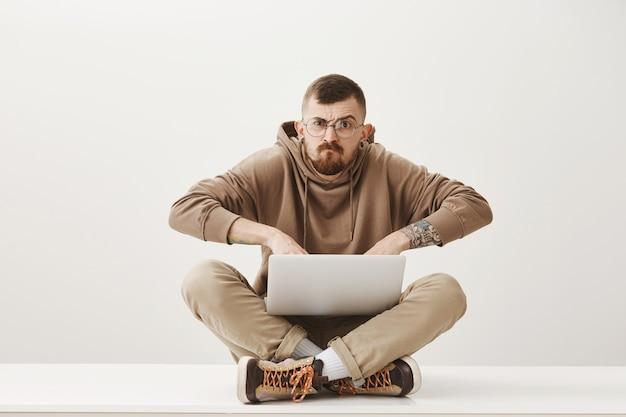 Un mec fou travaillant avec un ordinateur portable, je déteste être interrompu