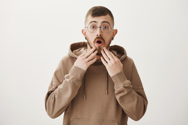 Mec inquiet à lunettes à la recherche avec inquiétude