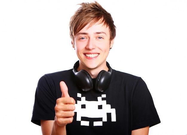 Un mec jeune et attrayant aime la musique