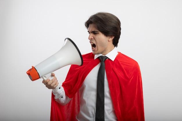 Mec jeune super-héros en colère portant une cravate parle sur haut-parleur isolé sur fond blanc
