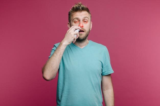 Un mec malade a le nez qui coule