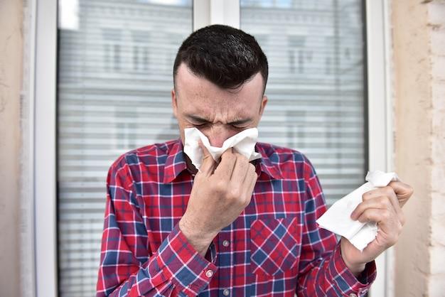Mec malade a le nez qui coule