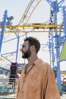 Mec moyen avec barbe au carnaval