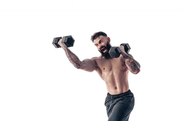 Mec musclé bodybuilder faire des exercices avec des haltères