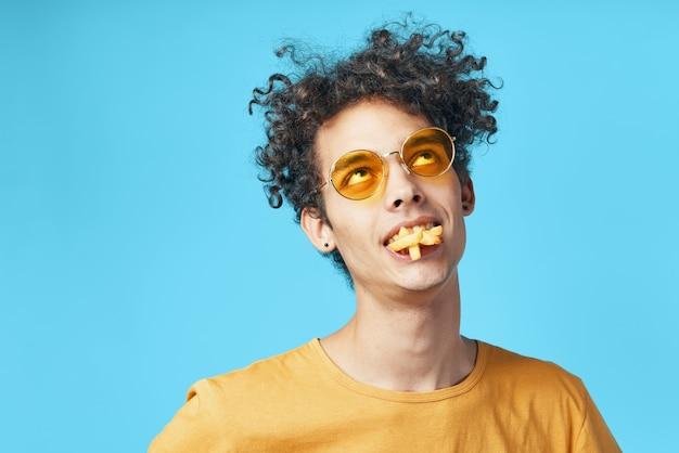 Mec pervers en tshirt jaune frites amusement de restauration rapide