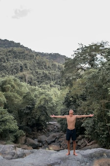 Mec posant sur un rocher