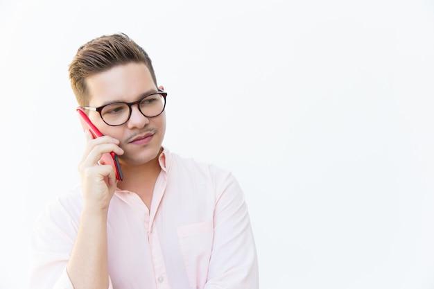 Mec sérieux à lunettes discuter des problèmes sur la cellule