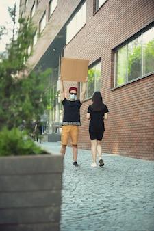 Mec avec signe - l'homme se dresse pour protester contre les choses qui l'ennuient