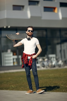 Mec avec skate dans la rue
