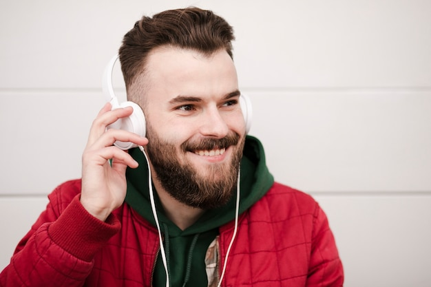 Mec souriant avec casque et barbe