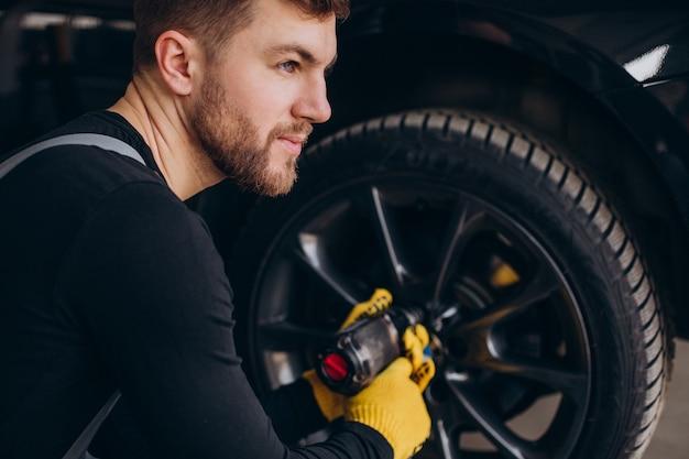 Mécanicien automobile changer de roues en voiture
