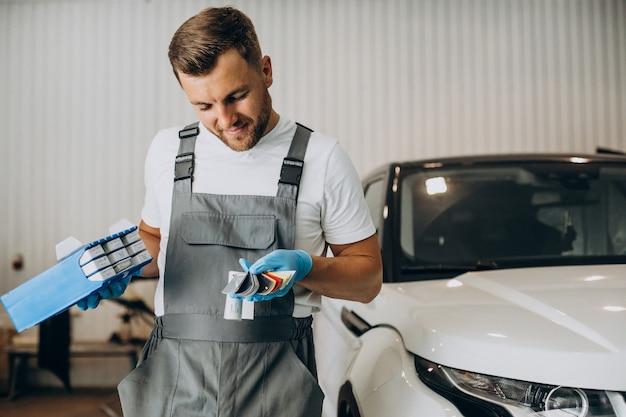 Mécanicien automobile choisissant la couleur pour la voiture