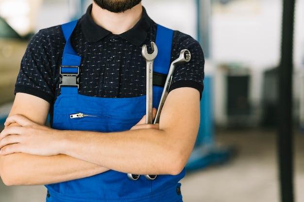 Mécanicien automobile avec des clés