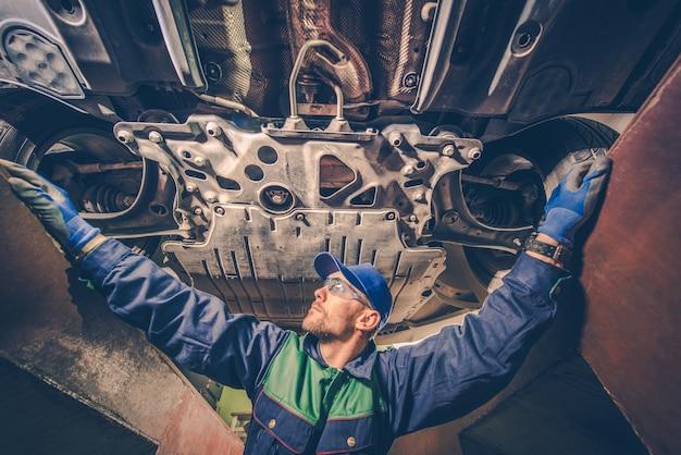 Mécanicien automobile sous la voiture