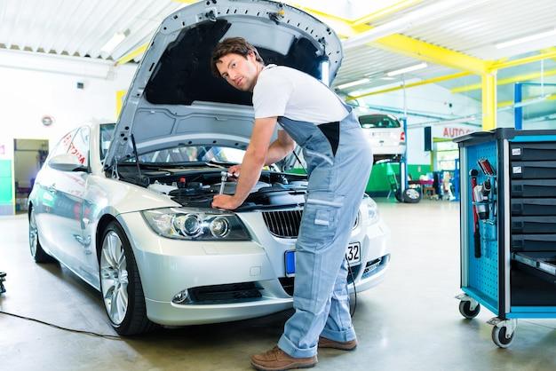 Mécanicien automobile travaillant dans un atelier de service de voiture