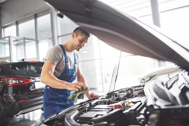 Mécanicien automobile travaillant dans le garage. service de réparation.