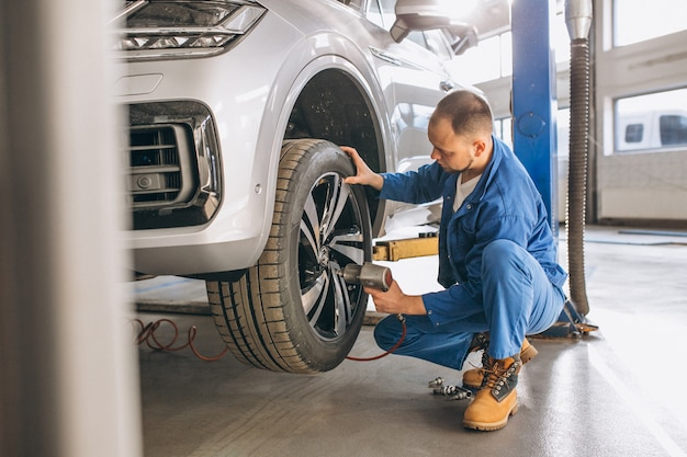 Mécanicien automobile vérifiant la voiture