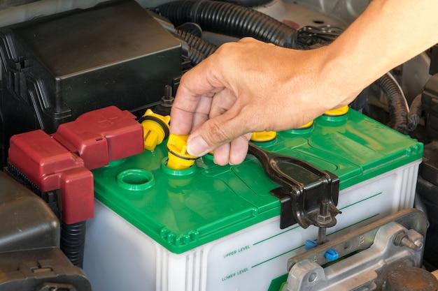 Mécanicien la batterie d'une voiture