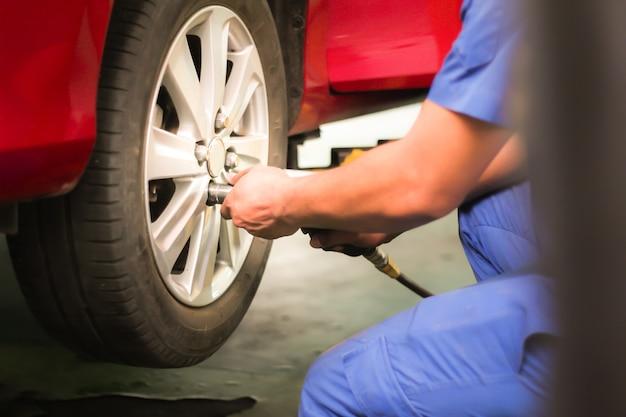 Le mécanicien change les pneus.