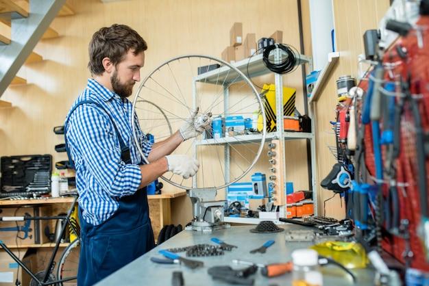 Un mécanicien concentré dans son travail