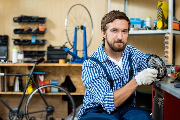 Mécanicien confiant à l'atelier de réparation
