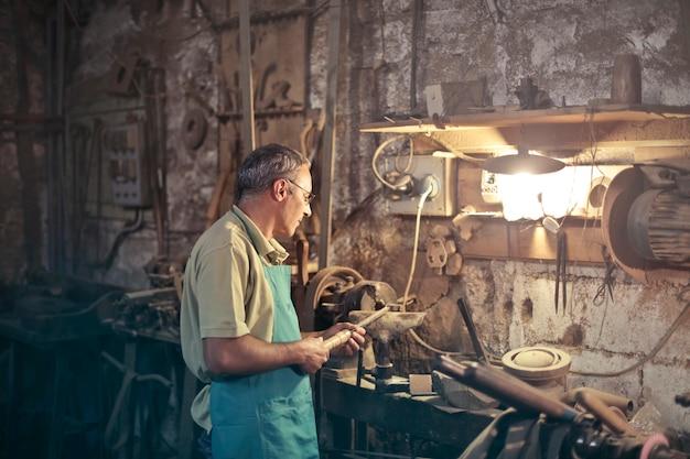 Mécanicien dans un atelier